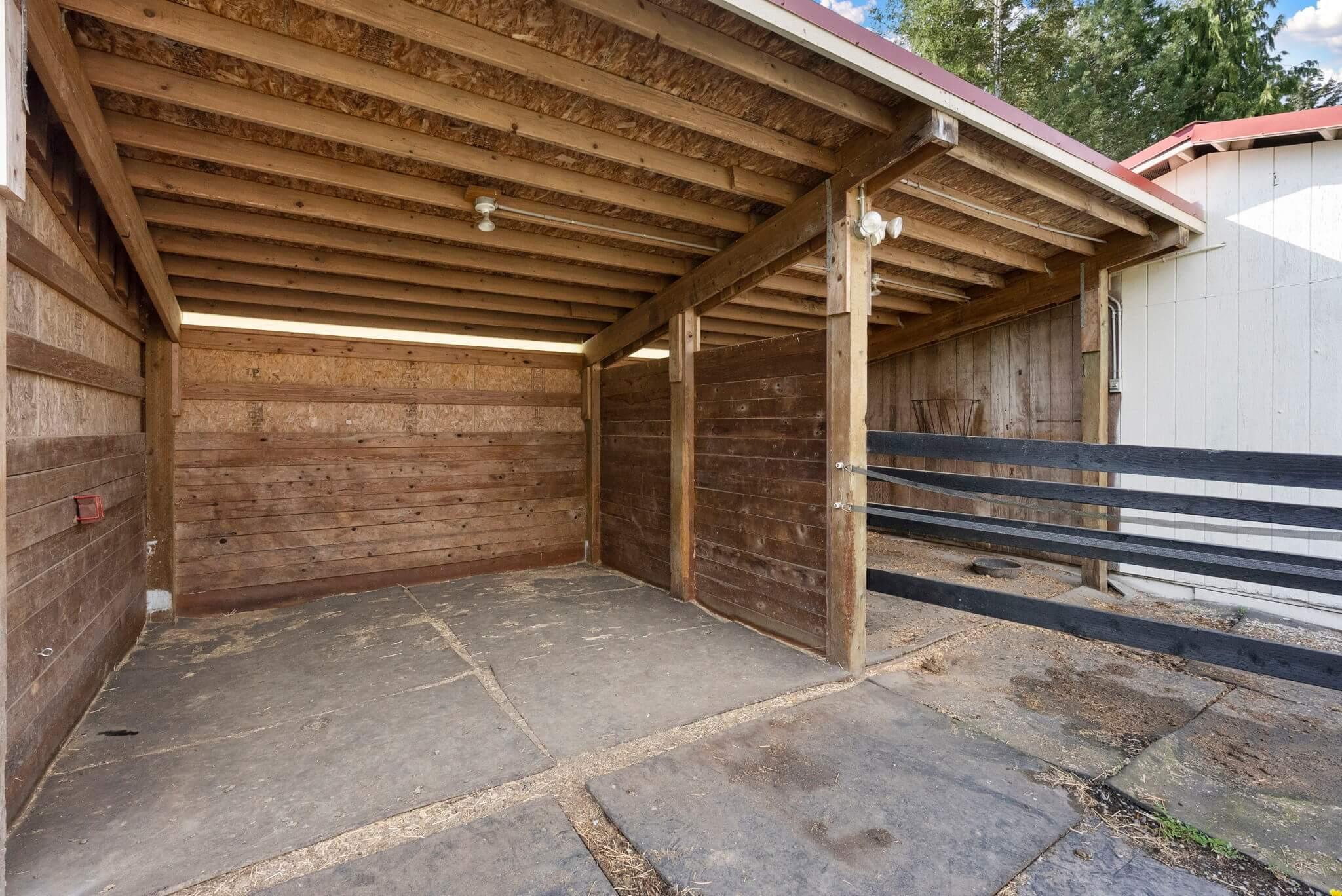 Rubber-matted run-in stalls