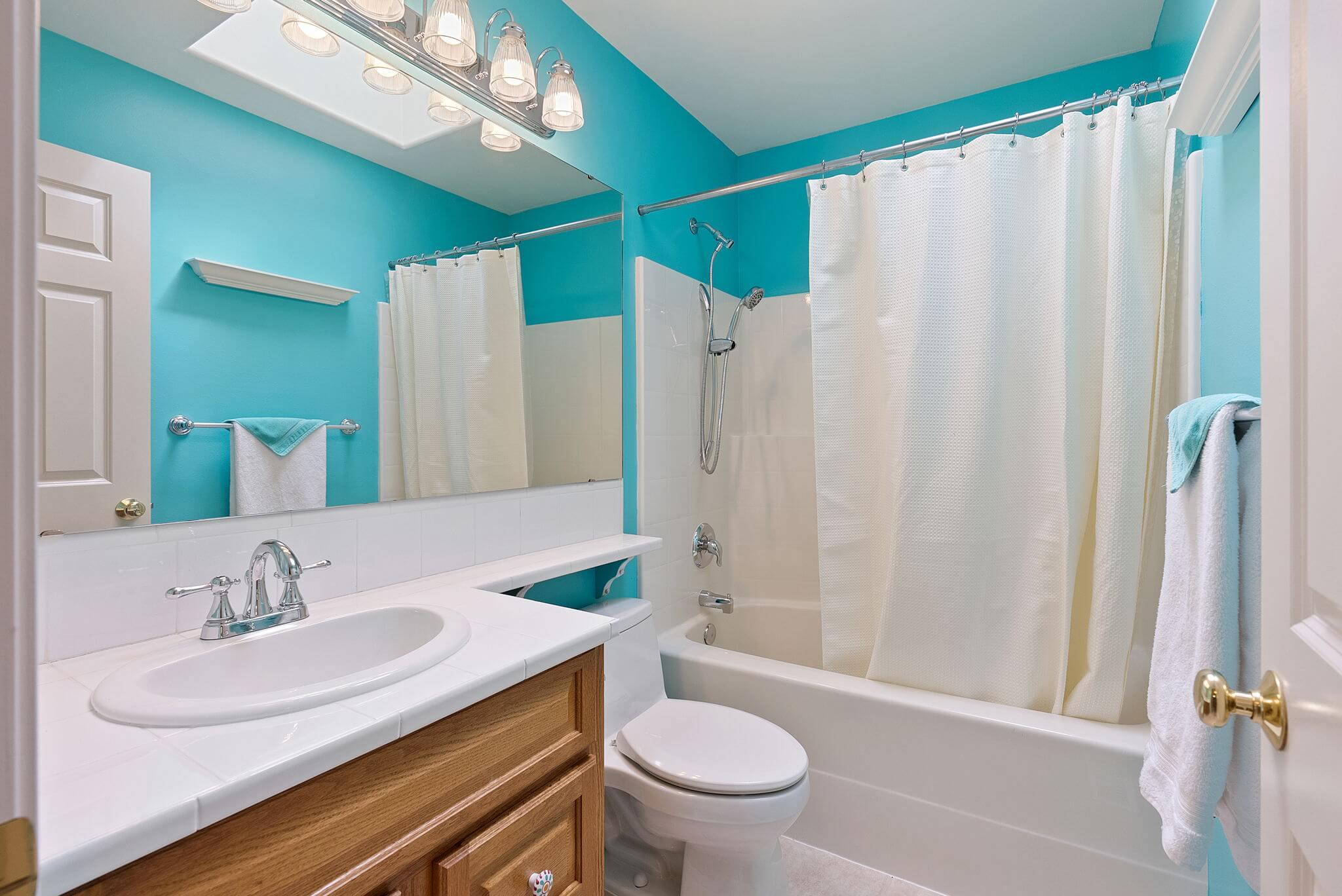 Full bathroom off the upstairs hall