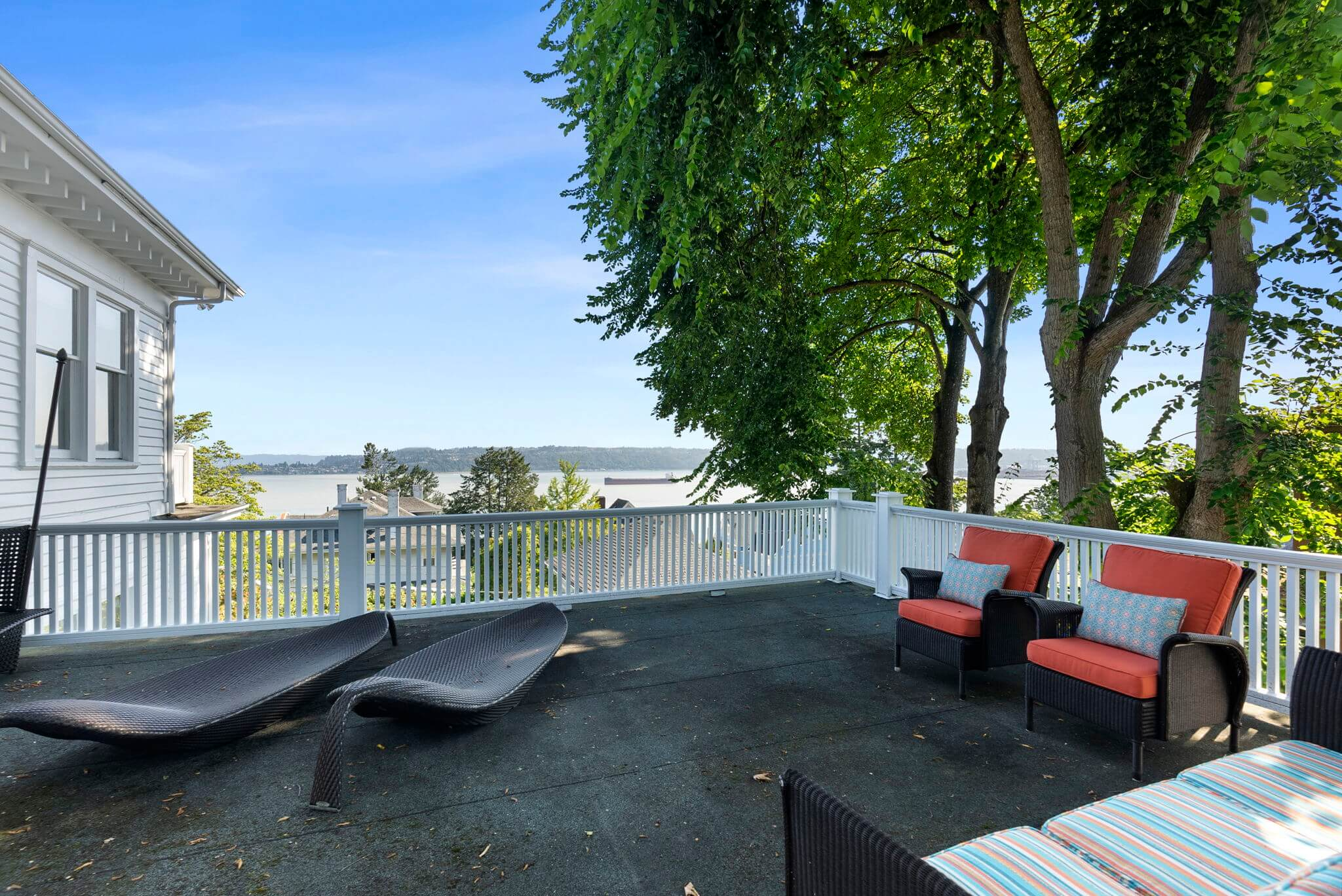Roof top deck over the porte-cochere offers spectacular views