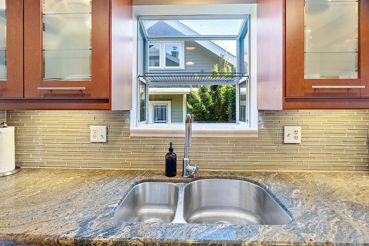 Glass tile back splash and under cabinet lighting